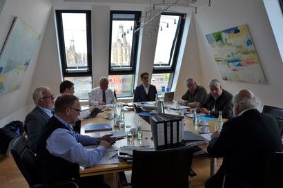 B-CONNECT Gesellschafter arbeiten zusammen an einem Tisch: Von links: Stephan Reinartz, Christian Möbius, Axel Woeller, Rolf Bietmann, Helmut Raßfeld, Jürgen Kleikamp