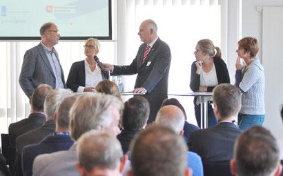 Karel Groen (midden) met gasten, die de grensoverschrijdende arbeidsmarkt dagelijks ervaren. V.l.n.r.: Henk Boven en Sabine Müller (firma Dental Vision in Winschoten), fysiotherapeute Carlijn Oostenbrink (werkt in het Duitse Surwold) en Steffi Schipper.