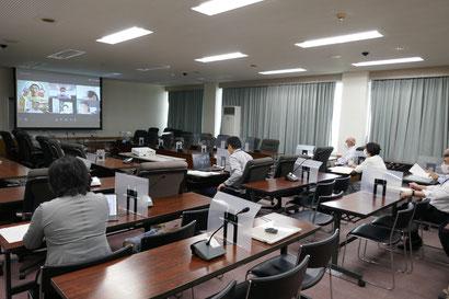 第1委員会室や自宅でオンライン研修会に参加