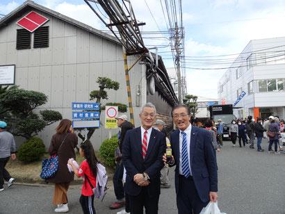 ニビシ醤油の末松繁雄社長と記念写真