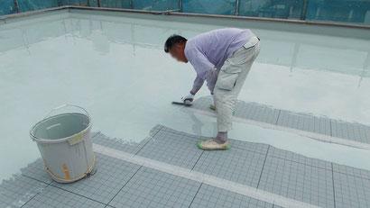 さいたま市の集合住宅、屋上防水工事、防水材塗布の様子