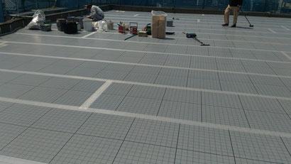 さいたま市の集合住宅、屋上防水工事、緩衝シート張りの様子