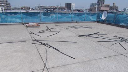 さいたま市の集合住宅、屋上防水工事、目地棒撤去の様子