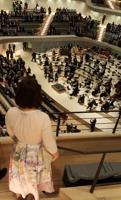 Blick vom 15. Rang des Großen Saales der Elbphilharmonie Hamburg auf die Bühne