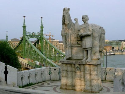 Standbeeld van Szent Istvan , de eerste koning van Hongarije, met op de achtergrond de Vrijheidsbrug.