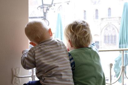 Emil und Lasse beobachten die Stadt vom Caféfenster aus