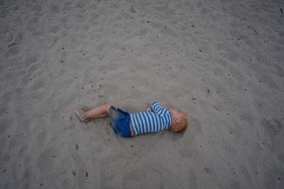 Die Kinder lieben den Sand