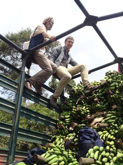 Louis und Lotte auf dem Gerüst eines Bananenlasters