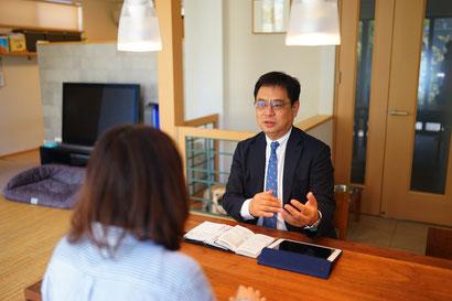 富士FP株式会社の代表取締役、森川良成がお客様とご相談中の画像