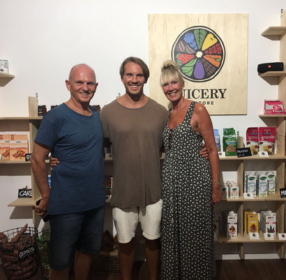 Dominik mit seinen Eltern, Andy und Gina. Die Familie hält und arbeitet sehr gerne zusammen