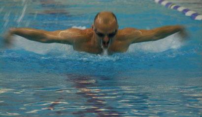 Als Jugendlicher war Tom Leistungsschwimmer, dieses Element beherrscht er bis heute!