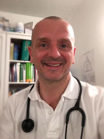 Tom Gries in seiner Praxis, die verkehrsgünstig in Bambergs Innenstadt liegt