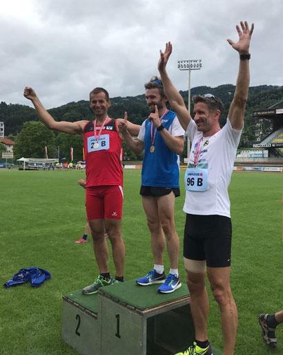 Jakub (links) bei der Siegerehrung des 1500m-Laufes (Foto zVg)