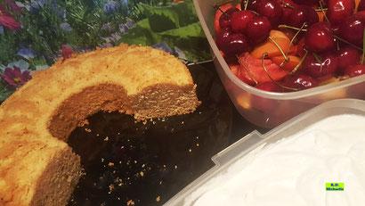 Backrezept-Variante: Fruchtiger Beerenkuchen heute mit fruchtiger Aprikosen-Joghurt-Creme frischen Erdbeeren, roten und gelben Nektarinen, roten Weintrauben und Kirschen - yummy! Von K.D. Michaelis