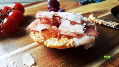 Selbstgemachte Dinkel-Focaccia-Brote, die sich auch zu einem leckeren Snack pimpen lassen - Südtiroler Focaccia. Rezeptvorschau auf Dinkel-Dreams 2 von K.D. Michaelis