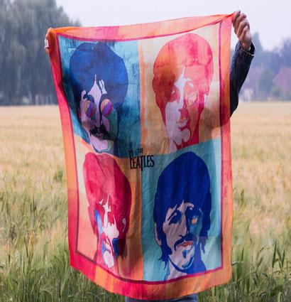 Frau mit The Beatles Tuch auf Feld