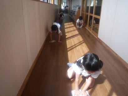 2階廊下掃除チームです。