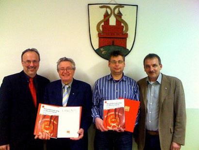 Torsten Pastrick (2 v.r.) und Karl Tolle (2 v.l.) wurden vom Bürgermeister der Stadt Dassel, Gerhard Melching (links) und von Achim Lampe, Ortsvereinsvorsitzender, für 25 Jahre Mitgliedschaft in der SPD geehrt.