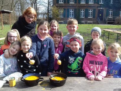 Sandra Bille mit den Kinder, die stolz die ersten Ergebnisse präsentieren.