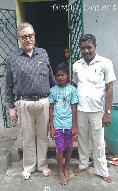 Août 2018 - Gokul et son père devant leur maison