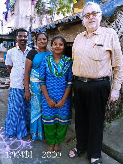 Février 2020 - Pavithra et sa famille devant chez elle