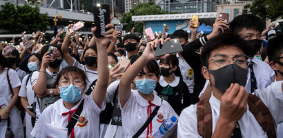 香港のデモに若者が催涙ガスや顔の認証を避けるためにマスクをつけてデモに参加、香港政府はマスク着用違反条例発動