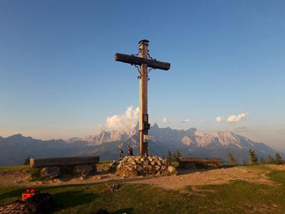 Rossbrand Gipfelkreuz, im Hintergrund das Dachstein Massiv