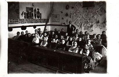 Un'insegnante con alcuni piccoli alunni