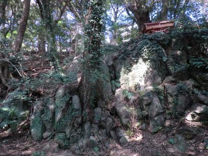 巨石群に祀られた白山神社