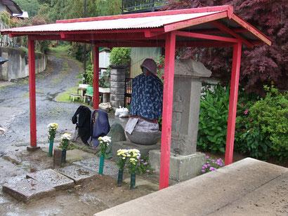 勝胤寺から京成線をくぐるとするにあるお地蔵様。このあたりに、かつて勝胤寺の地蔵堂があったという。