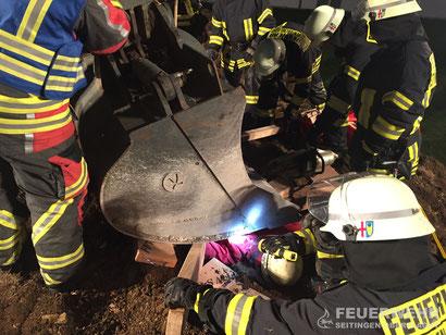Die Schaufel wird unterbaut, um die verunglückte Person zu retten.