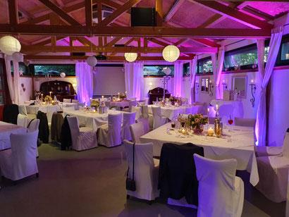 DJ mit Ambiente Licht, Atmosphäre auf Hochzeiten