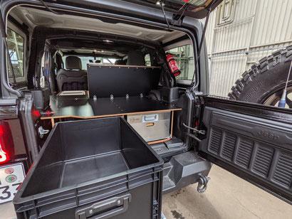 Innenausbau für den Jeep Wrangler JKU: Viel Stauraum, wertig verarbeitet, sauber und aufgeräumt