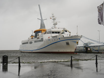 Die MS Helgoland bei Hochwasser