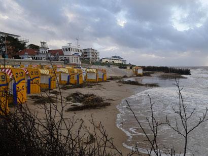 Strandkörbe vor der Residenz Meerebrandung im Sturm