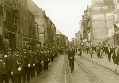 Schützenfest in den Jahren nach dem Krieg: Festzug durch die Trümmerlandschaft der Innenstadt.