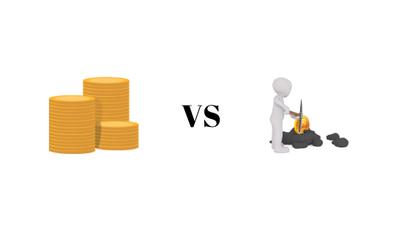 Auf diesem Bild sieht man zwei einzelne Grafiken, die mit einem versus verbunden sind. Auf dem rechten Bild ist ein Miner mit einer Spithacke und zuvor geminedten Bitcoin zu sehne. Links ist ein Münzen Haufen, der das Staking repräsentiert.