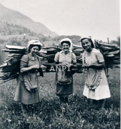 """Le partigiane Rosanna, """"Irma"""" e Luisa portano a spalla il rifornimento di legna per il battaglione Anita Garibaldi (Raveo)"""