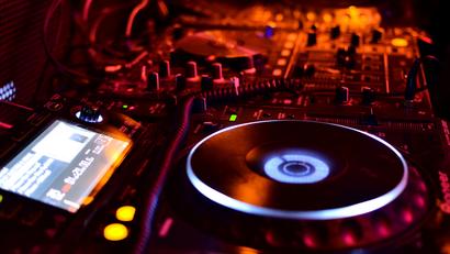Was spielt ein DJ für Musik auf Hochzeiten?