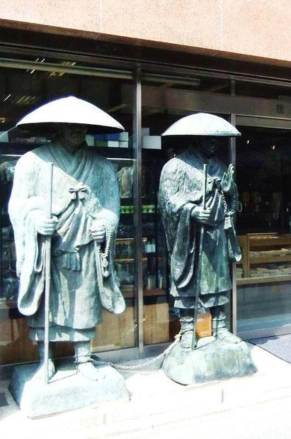 Les deux moines-pélerins à côté du Wajimaya Ryokan