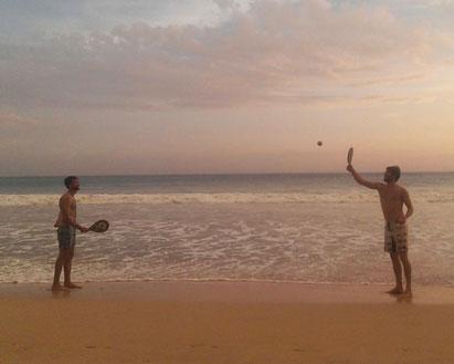 Frescobol Spiel beim Urlaub in Thailand
