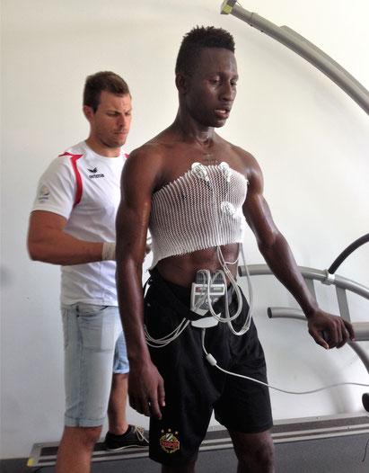 Auch bei Rapid Wien hat Traoré kein Glück. Dafür steht er zum ersten Mal auf einem Laufband und fühlt sich wohl wie in einem Science-Fiction-Film