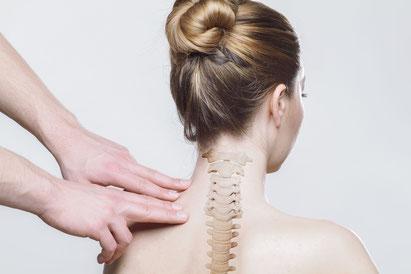 Ein Beispiel für die Anwendung der Neuraltherapie. Es werden durch Injektion kleine Quaddeln an den schmerzhaften Punkten gesetzt.
