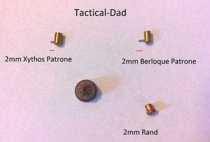 Die Zündstifte für die 2mm Berloque sind etwa 1mm länger als die 2mm Munition für den Xythos Revolver. Rechts unten ist eine 2mm Rand Knallpatrone.