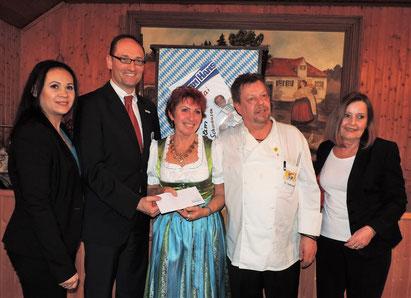 von links nach rechts: Diana Tielman, BRK-Kreisvorsitzender Bernhard Seidenath, die Wirtsleute Gabi Reyer und Sigi Hohlwein, Angelika Kniesl