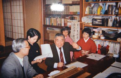 2002年2月17日「利休像を見る会」中央が橋本氏