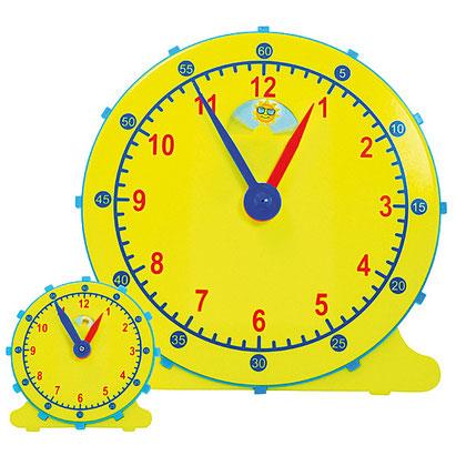 Ensemble de grande et petites horloges scolaires pour que l'instituteur enseigne le temps et les heures.