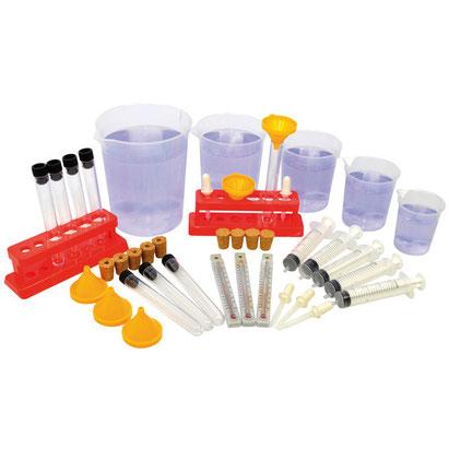 Ensemble d'expérimentation avec jeux d'eau : pipettes, récipients gradués, seringues, thermomètres....