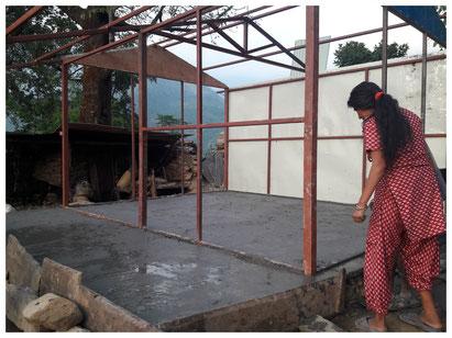 Das Fundament wird dann mit Beton vergossen und geebnet.