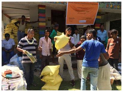 Carisimo-Mitarbeiter Gopy verteilt Lebensmittel